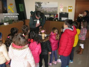 Charla de la Guardia Civil a escolares de Baena.