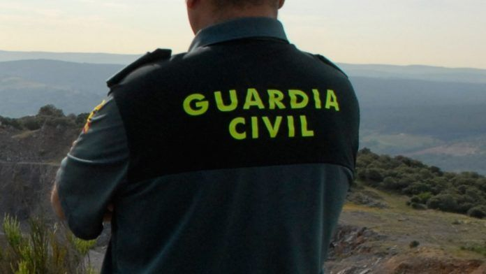 Agente de la Guardia Civil radiocasete